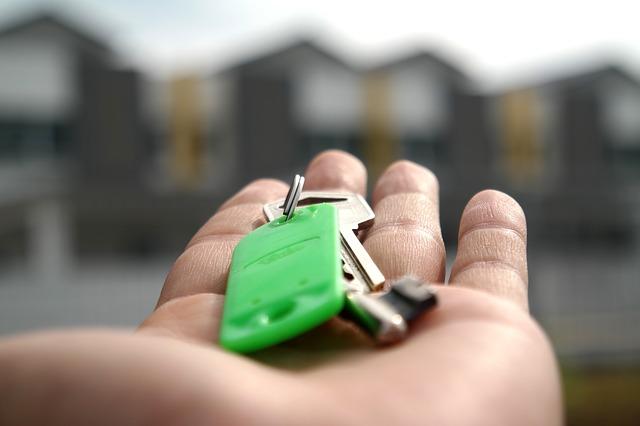 keys in a man's hand