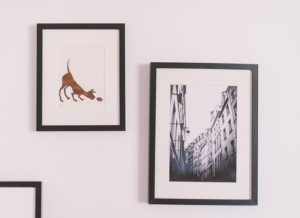 Picture on the wall - Other creative ideas for decorating a rental apartment and hiding what you don't like is to put pictures on the wall.