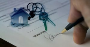 Signing a contract for buying a hose.
